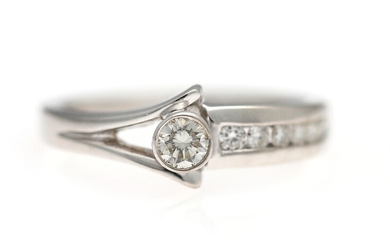 A diamond ring set with numerous brilliant-cut diamonds, mounted in 18k white gold. W. app....