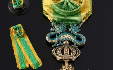 ORDER OF THE DRAGON OF ANNAM (Indochina). Officer's star, in vermeil, gold and enamel, with rosette ribbon in green and yellow moiré silk taffeta. A collar rosette and the ribbon of the miniature decoration are attached. Good condition.H. : 8 cm -...