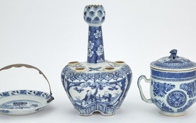 A Chinese Export Blue and White Porcelain Tulip Vase