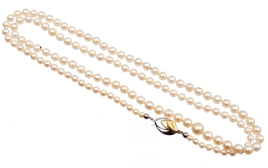 (-), Cultive pearl necklace with gold clasp, 14...