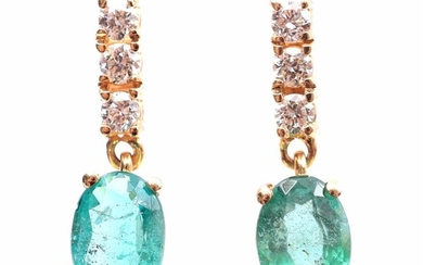 (-), Gold earrings, 18 kt., set with emerald...