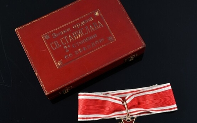 ORDER OF SAINT-STANISLAS (Russia). Commander's jewel, 2nd class model, in gold and enamel, with red and white moiré silk taffeta tie ribbon, preserved in its original shaped case. Missing the plate. A part of the ribbon is attached.Good condition...