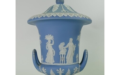 Wedgwood light blue dip urn and cover: Height 28cm.