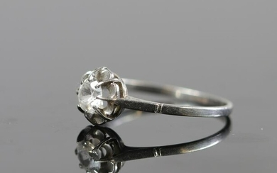 White gold ring, topped with a solitaire diamond