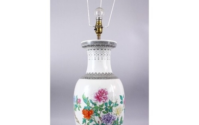 A LARGE CHINESE REPUBLIC STYLE FAMILLE ROSE PORCELAIN LAMP /...