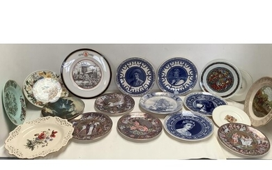 Large qty of boxed commemorative plates to include Wedgewood...