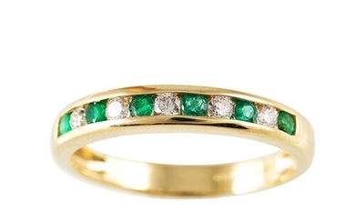 A DIAMOND AND EMERALD ETERNITY RING, mounted in 9ct gold, si...