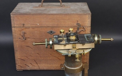 Astronomical micrometer by R. MAILHAT. Operates at 41 Bd Saint Jacques Paris. Presented in its oak carrying case. Beginning of XX°. Missing accessories