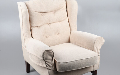 A LYN PLAN CREAM UPHOLSTERED BUTTON BACK ARMCHAIR.