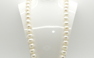 CULTURED PEARL & GOLD NECKLACE.