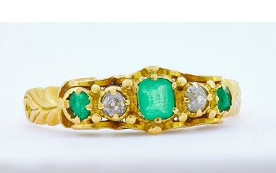 ANTIQUE EMERALD AND DIAMOND RING, set with 3 emerald, flanke...