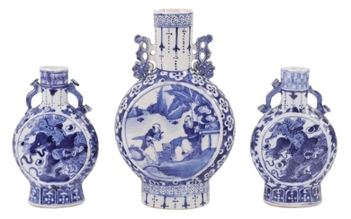 A PAIR OF CHINESE BLUE AND WHITE PORCELAIN MOON FLASKS, LATE 19TH/EARLY 20TH CENTURY