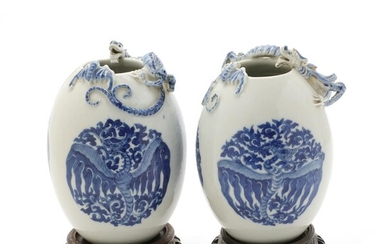 A pair of Chinese 20th c. blue and white porcelain vases of ovoid form, seal mark of Qianlong. H. 19 cm. (2) – Bruun Rasmussen Auctioneers of Fine Art