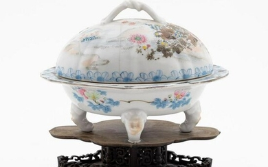CHINESE EXPORT OVAL LIDDED PORCELAIN DISH ON STAND