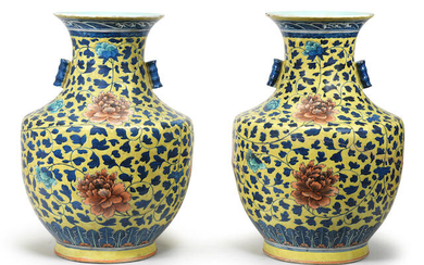 A PAIR OF LARGE YELLOW-GROUND IRON-RED AND GREEN-ENAMELLED BLUE AND WHITE VASES, HU