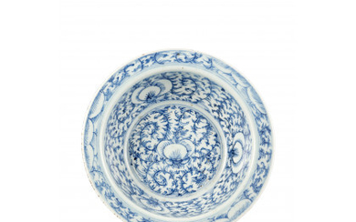 A blue and white porcelain bowl, decorated with flower ramages China, early 19th century (d. 29.3 cm.)Read more