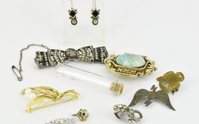 A GROUP OF COSTUME JEWELLERY AND VINTAGE ITEMS