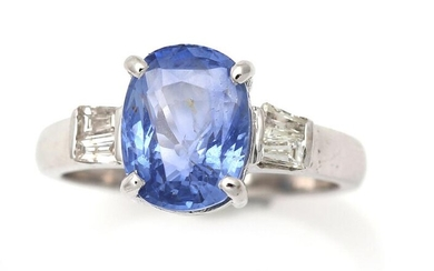 A sapphire ring set with an oval-cut sapphire flanked by four trapeze-cut diamonds, mounted in 14k white gold. Size 54. – Bruun Rasmussen Auctioneers of Fine Art