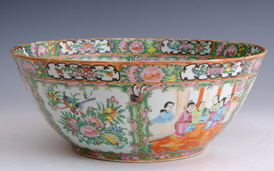 CHINESE ROSE MEDALLION PORCELAIN PUNCH BOWL. 19th century. - D:...
