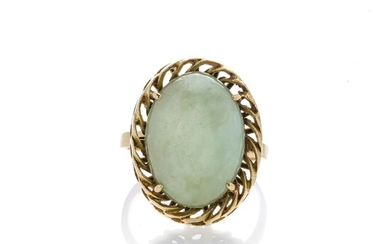 Ring in yellow gold and green stone