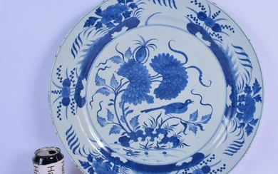 A LARGE 18TH CENTURY CHINESE BLUE AND WHITE PORCELAIN