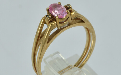 A 9CT GOLD REVERSIBLE RING