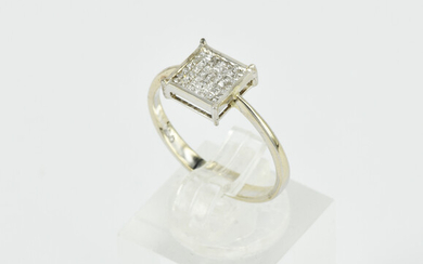 AN 18CT WHITE GOLD AND DIAMOND RING