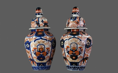 A PAIR OF EARLY 20TH CENTURY JAPANESE IMARI VASES AND COVERS