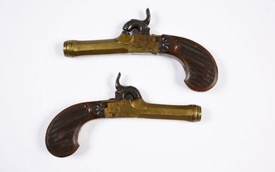 PAIR OF PERCUSSION GUNS.Bronze frame and barrel. Slightly beaded decoration. Functional tartan system. Carved stock with fine grooved bands. Marked ELG. Beautiful patina. Around 1830-1840. L. 17 cm. A percussion pistol is attached. Accident to the...