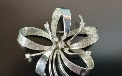 Brooch, flower-shaped, with arched curved elements, set with 11 cubic zirconia in total, 585/14K wh