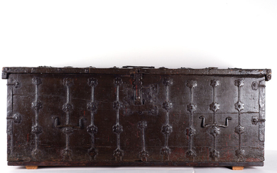 Large Gothic chest in cast iron, Catalonia, 14th - 15th century