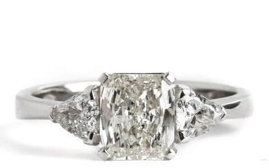 A diamond ring set with a radiant-cut diamond weighing app. 1.02 ct. flanked by trilliant-cut diamonds, mounted in 18k white gold. H-J/VS-SI. Size app. 53.5. – Bruun Rasmussen Auctioneers of Fine Art