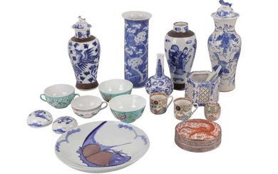 A CHINESE BLUE AND WHITE PORCELAIN SLEEVE VASE, EARLY 20TH CENTURY