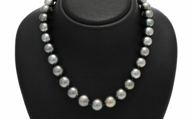 A graduated Tahiti pearl necklace set with numerous cultured Tahiti pearls and a clasp of 18k white gold. L. app. 46.5 cm. – Bruun Rasmussen Auctioneers of Fine Art