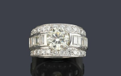 Ring with central diamond of approx. 1.82 ct with