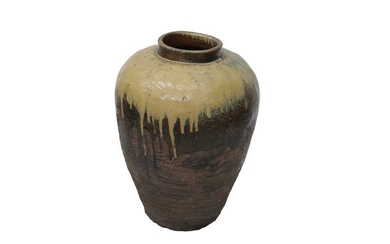 A LARGE GLAZED POTTERY VASE