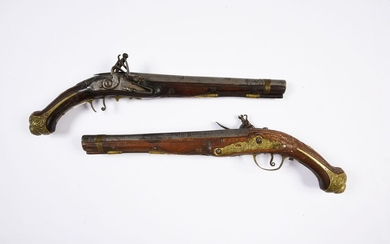 PAIR OF SILEX GUNS.Flat-bodied decks. Long shafts and moulded grips. Engraved bronze fittings with relief decorations. Thunder-punched barrels. One bridge is damaged and the action is defective. Early 19th century. Work for the Orient.L. 37 cm.