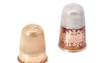 Y A gold coloured thimble