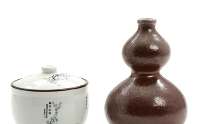 A Japanese porcelain jar and cover, and a gourd shaped stoneware bottle vase. 20th century. H. 12 and 20 cm. (2) – Bruun Rasmussen Auctioneers of Fine Art