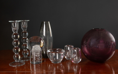 A collection of eight pieces of art glass