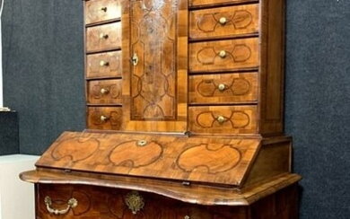 Scriban chest of drawers with Alsatian cabinet with curved facade - Bronze (gilt), Walnut, marquetry - Early 18th century
