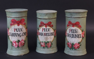 Series of three apothecary pots in turned wood. Straight shaft, interlocking lid. Painted cartouche with roses and knotted ribbon. 19th century. Height 16 and 15,5 cm