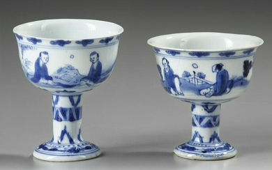 A PAIR OF BLUE AND WHITE STEM CUPS, 17TH CENTURY
