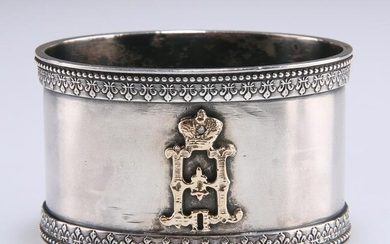 A RUSSIAN SILVER NAPKIN RING, oval, gold mounted with