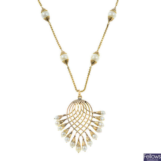 A cultured pearl pendant, with a cultured pearl link chain.