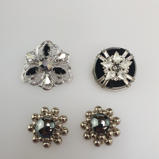 Mixed lot of FASHION JEWELRY - 3 pieces: 1 pair of ear clips, 2 brooches, Swarovski stones or Gablonz.