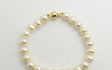 CULTURED PEARL BRACELET WITH GOLD BALL CLASP.
