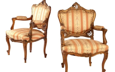 (-), 2 gold-coloured, beautifully decorated walnut armchairs in...
