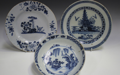 A London Delft plate, late 18th century, blue painted with a chinoiserie landscape, diameter 23cm, t