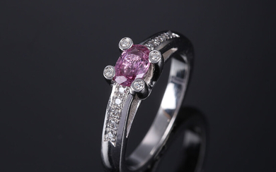 French pink sapphire and a diamond ring in 18K white gold, in total approx. 0.62 ct